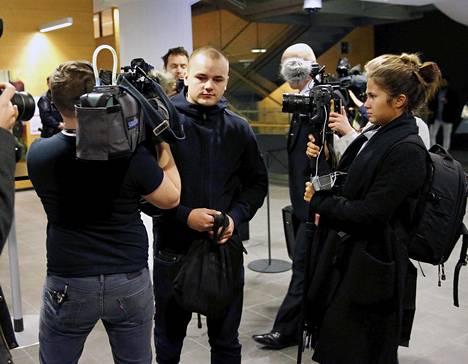 Syyttäjät vaativat perjantaina Helsingin hovioikeudessa, että Pohjoismaisen vastarintaliikkeen jäsenelle Jesse Torniaiselle on tuomittava vähintään viiden ja puolen vuoden vankeusrangaistus Asema-aukion pahoinpitelytapauksesta. Kuvassa Torniainen saapuu saman asian käräjäkäsittelyyn viime joulukuussa Helsingissä.