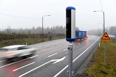 Uudenlainen nopeusvalvontakamera Nelostiellä Sysmässä marraskuussa. Pian niitä aletaan asentaa paikoilleen muuallakin.