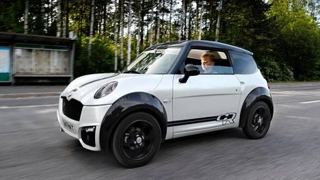 Tuore mopokortin omistaja Antto Sakari käyttää mopoautoaan muun muassa kavereiden ja golfvarusteidensa kuljettamiseen.