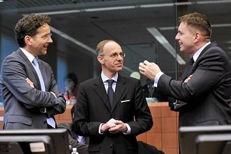 Euroryhmän puheenjohtaja Jeroen Dijsselbloem, Luxemburgin valtiovarainministeri Luc Frieden ja Slovakian valtiovarainministeri Peter Kazmir euroryhmän kokouksessa maanantaina.