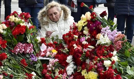 Nainen asetti kukan metroaseman edustalle Pietarissa huhtikuun alussa.