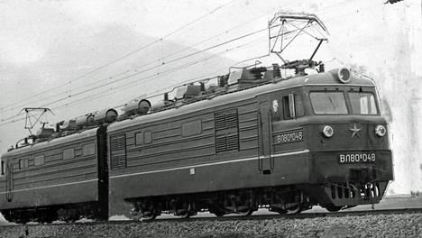 Ensimmäiset neuvostoliittolaiset veturit ilmestyvät Suomen rautateille vuoden 1972 aikana. Veturit ovat puolikkaita kahdeksanakselisesta neuvostoliittolaisesta sähköveturityypistä, mutta vastaavat ominaisuuksiltaan rautateiden uusimpia vaatimuksia.