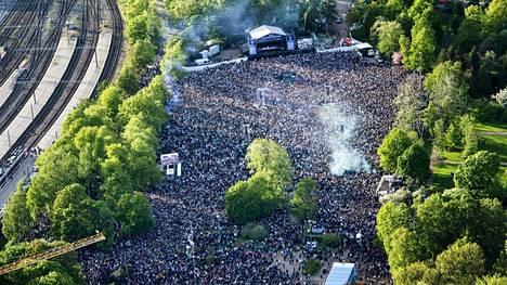 Leijonien MM-kultajuhlinta jatkui maanantaina kansanjuhlassa Kaisaniemen puistossa.