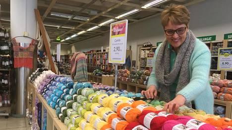 Toisin kuin normaalisti kevään korvalla, Oulunkylän Lankamaailman myynti on viimeisen parin viikon aikana kasvanut, kertoo myymäläpäällikkö Katariina Tiainen.