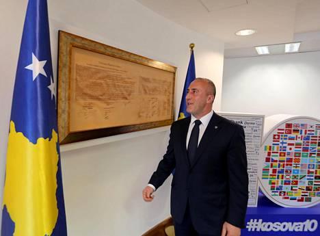 Pääministeri Ramush Haradinaj 17. helmikuuta 2008 annetun itsenäisyysjulistuksen vieressä.