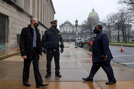 Demokraatteja edustava valitsijamies Jordan Harris (oik.) saapui antamaan äänensä Harrisburgissa Pennsylvaniassa.