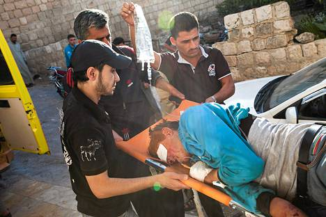 Päähän haavoittunutta Abdullah-nimistä kapinallisten taistelijaa vietiin sairaalahoitoon kiireellisesti Al-Ramin kylässä Syyriassa maanantaina.