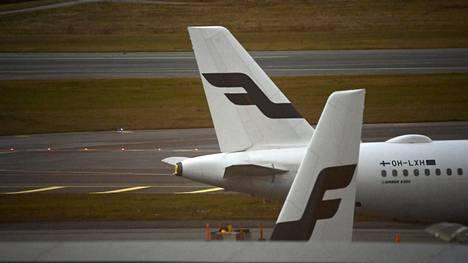 Finnairin matkustajakoneita Helsinki-Vantaan lentokentällä 20.lokakuuta 2020.
