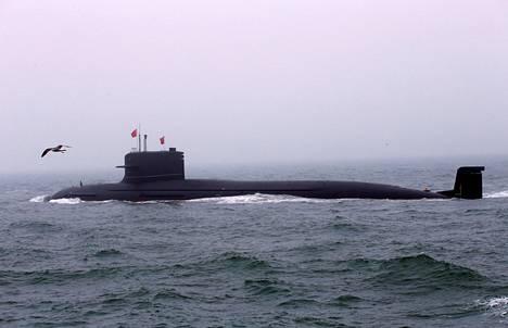 Kiinalainen sukellusvene osallistui laivastoparaatiin Qingdaon sataman edustalla viime viikolla.