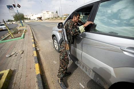 Poliisi tutki auton tarkastuspisteellä lähellä Iso-Britannian suurlähetystöä Jemenin pääkaupungissa Sanaassa lauantaina.