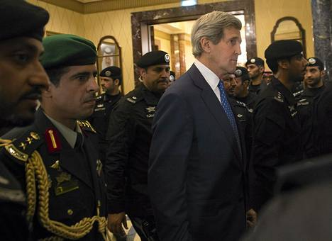 Yhdysvaltain ulkoministeri John Kerry vieraili torstaina Saudi-Arabiassa tapaamassa maan uutta johtoa sen jälkeen kun kuningas Abdullah oli haudattu. Samanaikaisesti lumet olivat luomatta kotona.