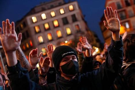 Pablo Hasélin kannattajat nostivat kätensä ilmaan hänen tuekseen Madridissa viikko sitten lauantaina.