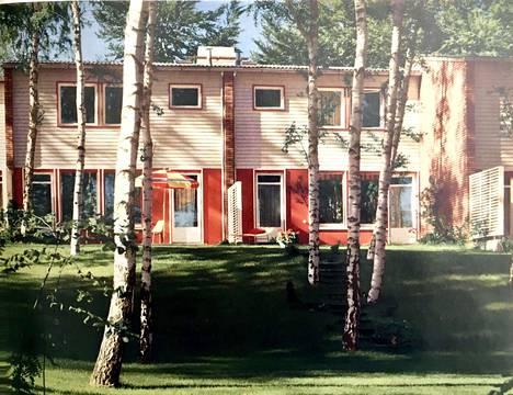 Kladowin Finnenhaussiedlungin D-tyypin rivitaloasuntojen puutarhanpuoleisia julkisivuja. Tunnettu saksalainen maisema-arkkitehti Walter Rossow (1901-1992) suunnitteli alueen pihat ja puutarhat. Rossow halusi luultavasti korostaa alueen suomalaisuutta tuomalla sinne runsaasti rauduskoivuja.