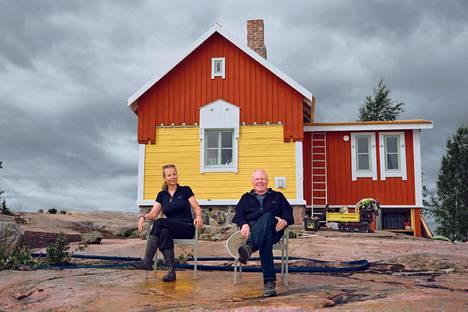 Saariemäntä Mari Impola ja yrittäjä Peter Brandt odottavat innolla Katajanokanluodon avautumista.