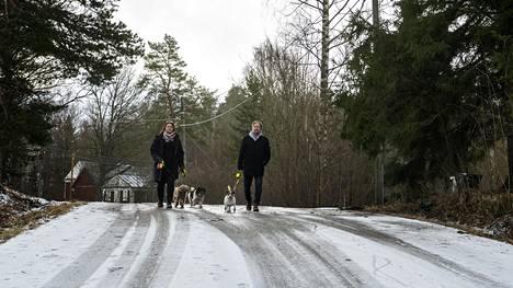 Katja Nikkari ja hänen veljensä Petteri Heiskanen ovat syntyneet Helsingissä, mutta muuttaneet alle kouluikäisinä Espooseen. Espoonkartanossa he ovat asuneet jo kolmisenkymmentä vuotta. Heille Espoonkartano edustaa oikeaa Espoota: