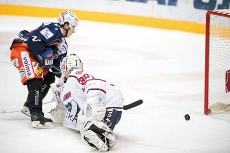 Henrik Haapala teki voittomaalin HIFK:n Kevin Lankisen taakse.