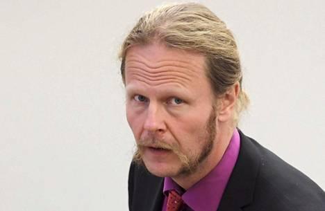 Juho Eerolan esiintyminen Suuri tuntematon -yhtyeensä musiikkivideolla on herättänyt keskustelua.