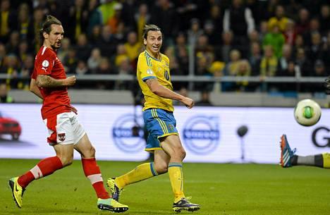 Zlatan Ibrahimovic (kesk.) ja Ruotsin maajoukkue kohtaavat Portugalin MM-karsinnassa.