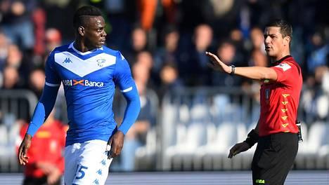 Erotuomari Gianluca Manganiello joutui keskeyttämään Brescian ja Lazion välisen ottelun hetkeksi sunnuntaina, kun Lazion kannattajat solvasivat rasistisesti Brescian Mario Balotellia.