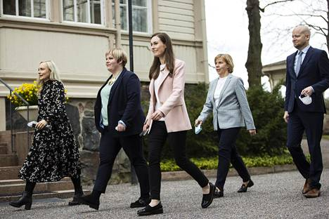 Hallitusviisikko saapui kertomaan sovusta pääministerin virka-asunnolla Kesärannassa keskiviikkona.