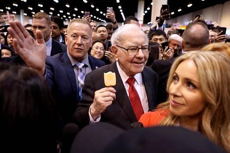 Ihmisjoukko ympäröi Warren Buffettia (kesk.) Yhdysvaltain Nebraskassa.