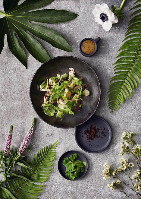 Pääsiäisaterian aloittaa parsa-sillisalaatti.