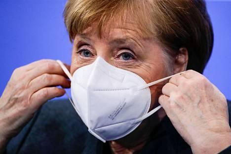 Liitokansleri Angela Merkel kertoi tiistai-iltana, että kangasmaskia tehokkaamman maskin käyttö tulee Saksassa pakolliseksi.