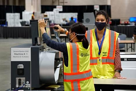 Vaalityöntekijät puhdistivat ääntenlaskukonetta Philadelphiassa Pennsylvaniassa 3. marraskuuta.