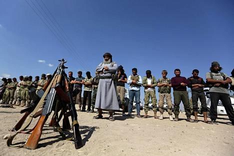 Hallituksen vastaisia kapinallistaistelijoita rukoilemassa Azazin lähistöllä Syyriassa.