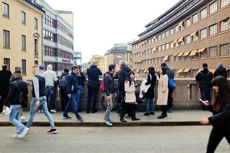 Tukholmalaiset kuvasivat tapahtumapaikkaa kaukaa poliisin eristyslinjan takaa.