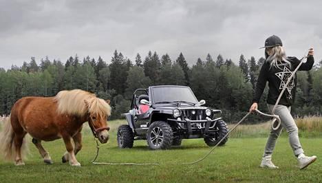 Reeper Patton on lähes auto siinä missä poni on lähes hevonen. Shetlanninponi Vompattia ulkoiluttaa Zelda Rantala.