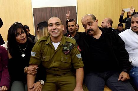 Taposta tuomittu sotilas Elor Azaria perheensä ympäröimänä sotilastuomioistuimessa Tel Avivissa tammikuun lopulla.