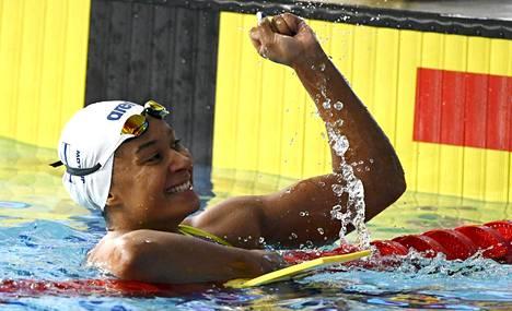 Mimosa Jallow tuuletti selviydyttyään kolmantena maaliin 50 metrin selkäuinnissa Glasgow:ssa.