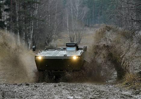 Patrian panssaroitu ajoneuvo näytösajossa Parolassa.