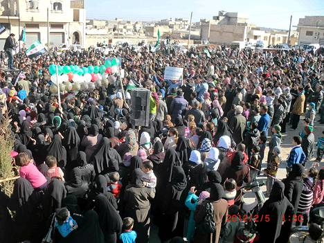 Presidentti Bashar al-Assadin vastainen mielenosoitus Marat al-Numanissa Syyrian pohjoisosassa sunnuntaina.