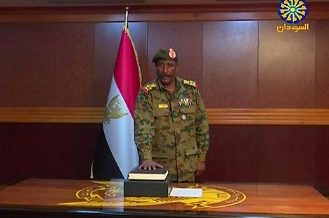 Sudanin sotilasneuvoston uusi johtaja Abdel Fattah al-Burhan Abdelrahman vannoi virkavalansa Khartumissa. Kuvakaappaus televisiolähetyksestä.