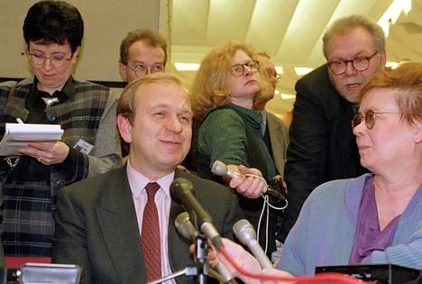 EU-komissaariksi juuri valittu Erkki Liikanen piti tiedotustilaisuuden suomalaiselle lehdistölle tammikuussa 1995 Strasbourgissa.