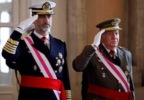 Espanjan kuningas Felipe ja hänen isänsä, edellinen kuningas Juan Carlos kuvattuna toissa vuoden loppiaistapahtumassa kuninkaallisella palatsilla Madridissa.
