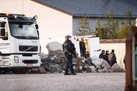 Poliisi tutki Ölstensin teollisuusaluetta ampumisen jälkeen elokuussa 2019.
