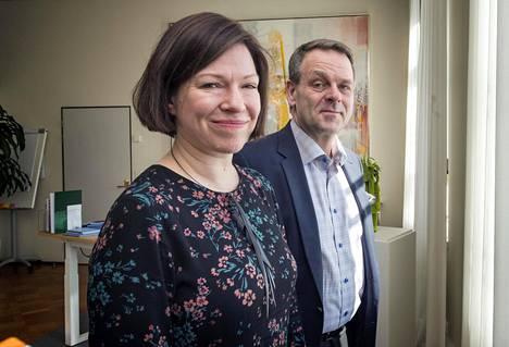 Yksi Helsingin apulaispormestareista Anni Sinnemäki (vihr) sekä pormestari Jan Vapaavuori (kok) kaupungintalon ikkunan ääressä maaliskuussa.