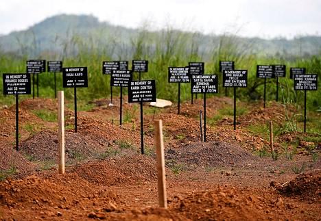 Ebolaan kuolleiden hautoja Punaisen ristin Ebola-keskuksessa Kemalassa Sierra Leonessa lauantaina.