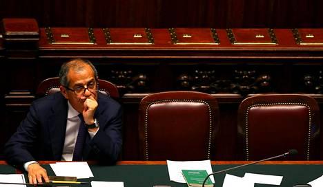 Talousministeri Giovanni Tria kuunteli pääministeri Giuseppe Conten puhetta Italian parlamentissa kesäkuussa. Conten johtama hallitus jyräsi tiukemmat Trian budjettikannat.