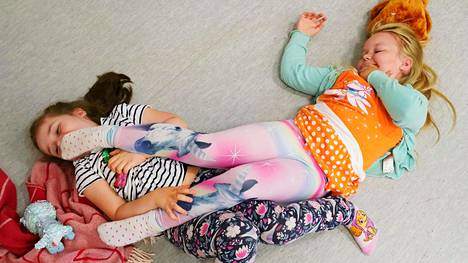 Eskarityttöjen kotileikissä Dea on isosisko ja Netta Kosonen vauva. Tämän kotileikin perheessä on tänään riehumispäivä.