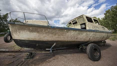 """Yli puoli vuotta Kotkan Hovinsaaressa upoksissa ollut matkailuvene on noston jälkeen likaisessa kunnossa. """"Vene on öljyinen ja rasvainen sisäpuolelta"""", kertoo Kotkan Meripelastusyhdistyksen puheenjohtaja Tapani Tiitinen."""