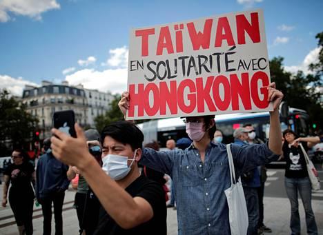 """""""Taiwan osoittaa solidaarisuutta Hongkongille"""" luki mielenosoittajan kyltissä Pariisissa viime viikonloppuna."""