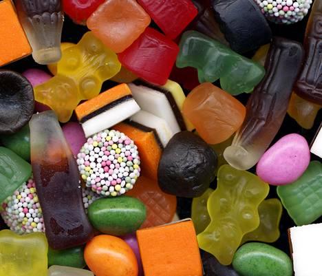 Jos syö lapsena paljon makeaa, voi siitä olla vaikeaa päästä irti aikuisena, kertoo professori Mari Sandell.