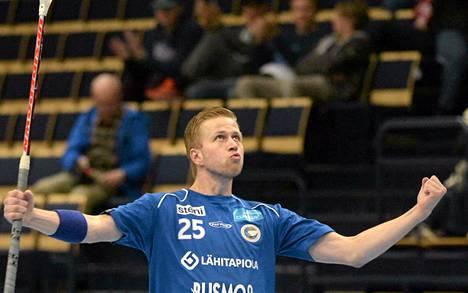 Tapanilan Erän Sami Lehtinen juhlii 3-2 maaliaan.