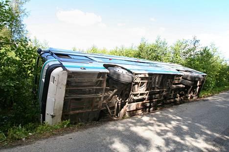 Suomalaisen hääseurueen linja-auto kaatui paluumatkalla Tallinnaan.