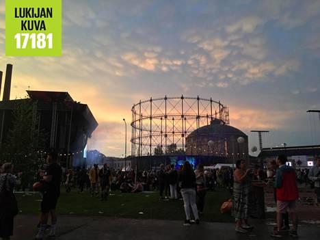 Auringonlasku Flow Festivalin ensimmäisen myrskyn jälkeen.