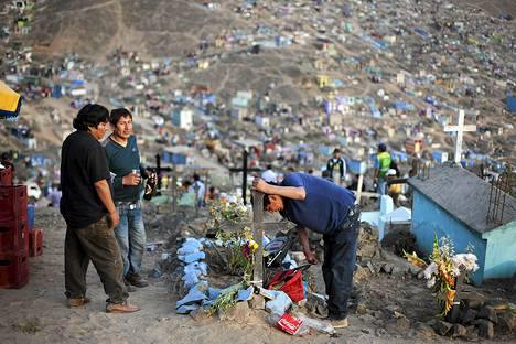 Mies itkee sukulaisensa haudalla  Nueva Esperanzan hautausmaalla.